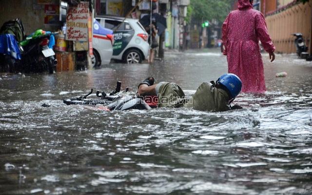 đường ngập nước sau mưa