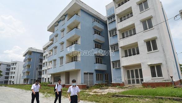 Nhiều căn hộ trong khu tái định cư Vĩnh Lộc B (Bình Chánh) bị bỏ hoang, xuống cấp.