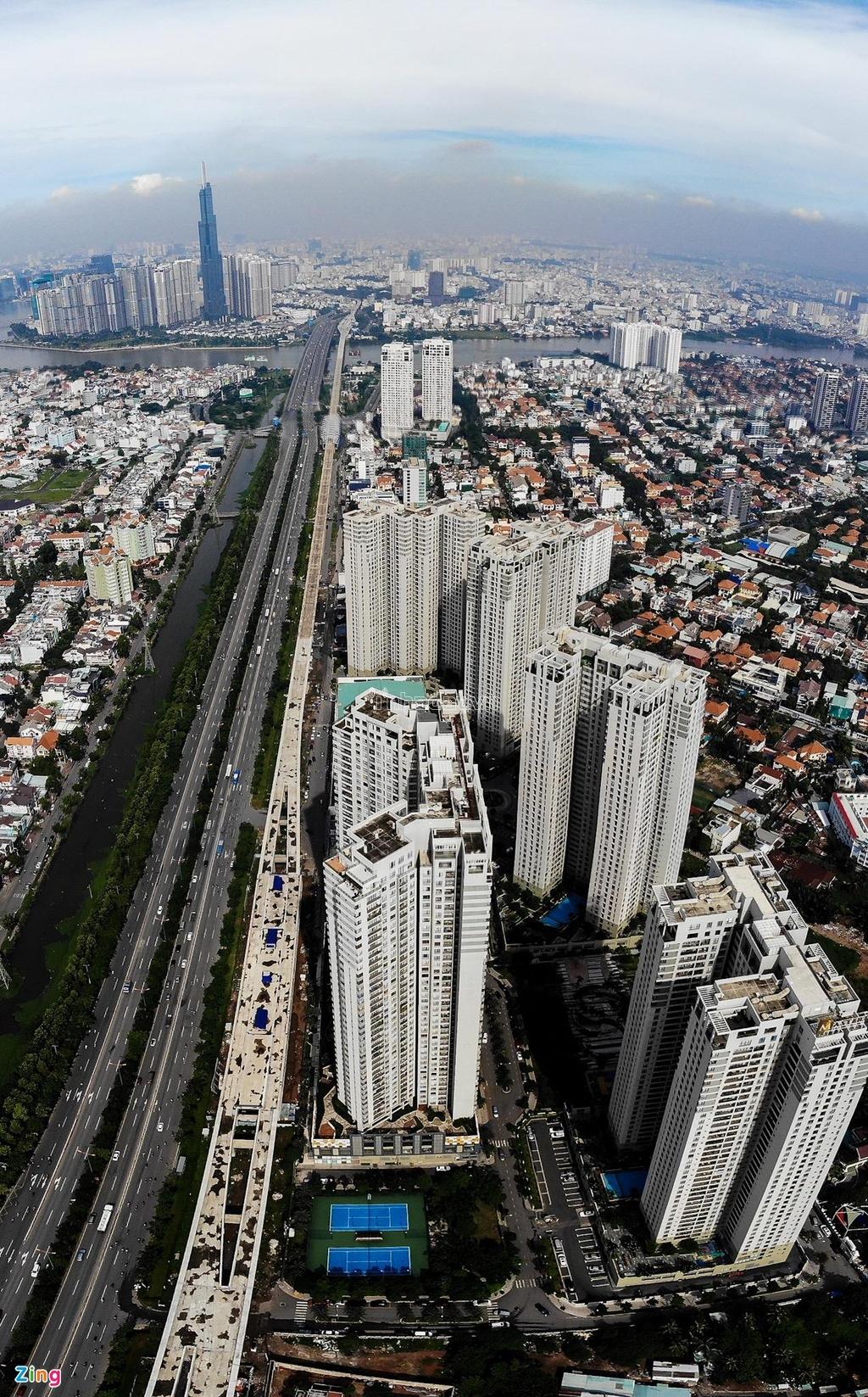 Vài năm gần đây, các chung cư cao tầng mọc lên dày đặc dọc cửa ngõ phía đông thành phố, đoạn từ cầu Sài Gòn đến ngã ba Cát Lái (quận 2).