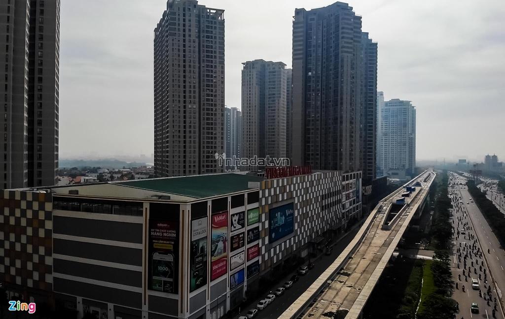 Tại Masteri Thảo Điền có trung tâm mua sắm Vincom Mega Mall với 5 tầng nổi và 3 tầng hầm, bao gồm các khu vực chính như các gian hàng thời trang, khu ẩm thực, siêu thị, rạp chiếu phim... Trung tâm thương mại này cũng là nơi thu hút lượng lớn người ra vào mỗi ngày.
