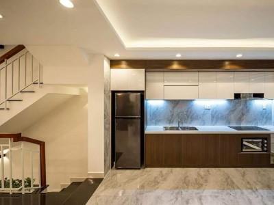 Nhà hướng Đông Dt 4x14m gồm 1 trệt 1lững 2 lầu sân thượng và mái che cầu thang nhà có 4PN 5WC phòng khách phòng bếp phòng thờ phòng giặt sân phơi